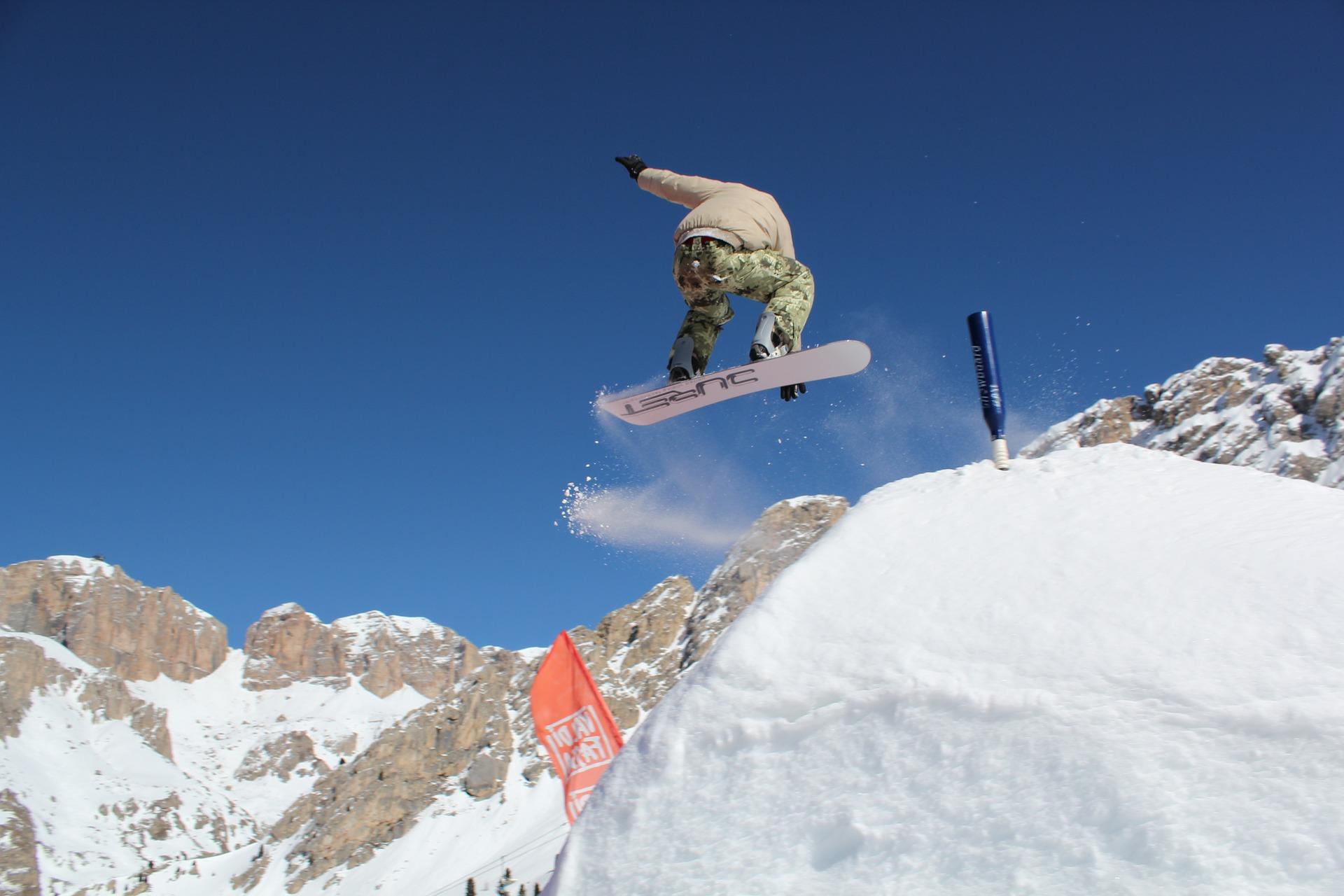 snowboarding-1161799_1920